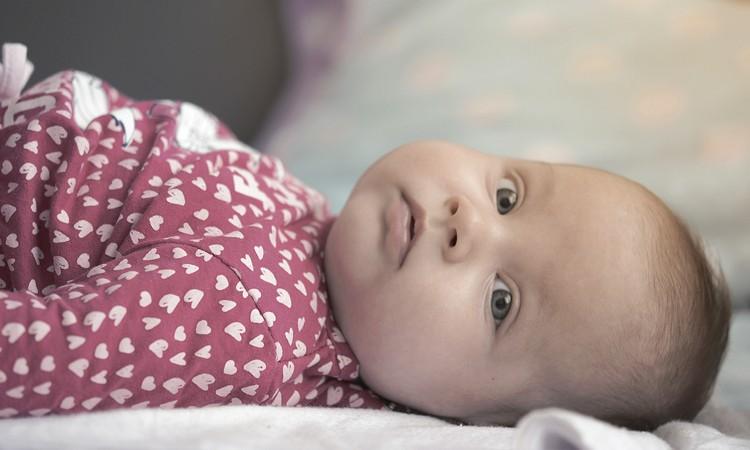 Poduszka dla niemowlaka czy jest potrzebna? Od kiedy i jaka jest najlepsza? - Blog Baby's Zone - Gwarancja zdrowego snu Twojego dziecka