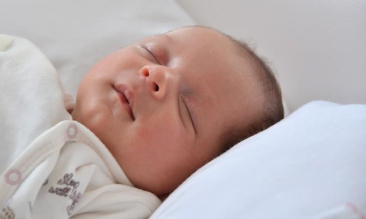 Poduszka typu klin pod materac do łóżeczka - czy warto kupować? - Blog Baby's Zone - Gwarancja zdrowego snu Twojego dziecka